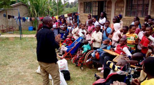 Lawrence spreekt de kinderen van JAWA toe die bezoek krijgen van andere kinderen uit de lagere school