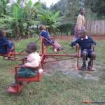 Vier kinderen zitten op de draaimolen.