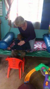 Inge geeft therapie aan kindje in JAWA
