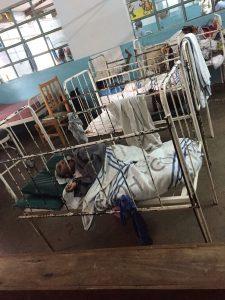 bedjes met kinderen met CP in het ziekenhuis van Meru