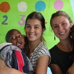 Lara en Bente in de therapieruimte elk met een kindje van JAWA op hun schoot.