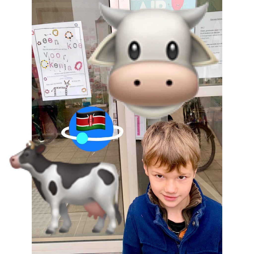 """Mats in school voor de affiche van hun actie """"een koe voor Kenia"""""""